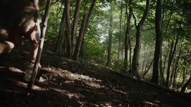 Törzs a vadászó-gyűjtögető viselése állati bőr Holding Stone megbillen eszközök, Fedezze fel őskori erdő a vadászat az állatok ragadozó. Neandervölgyi család vadászat a dzsungelben, vagy vándorlását. Következő nézet