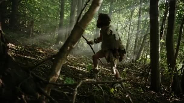 Ur-Höhlenmensch mit tierischer Haut hält steinernen Speer in der Hand, erkundet Urwälder auf der Jagd nach tierischer Beute. Neandertaler auf der Jagd im Dschungel