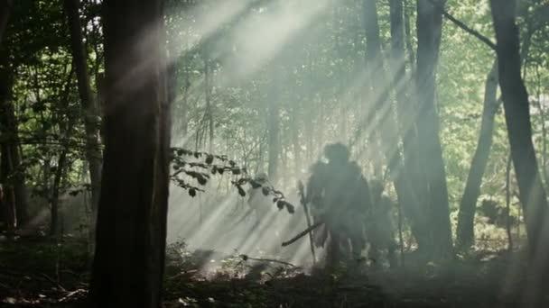 Törzs a vadászó-gyűjtögető viselése állati bőr Holding Stone megbillen eszközök, Fedezze fel őskori erdő a vadászat az állatok ragadozó. Neandervölgyi család vadászat a dzsungelben, vagy vándorlását a jobb Land