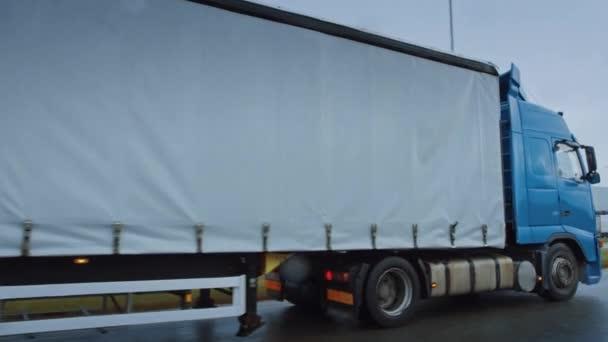 Long Haul Semi-Truck with Cargo Trailer Full of Goods Travels on the Highway Road. Denní jízda přes kontinent skrz déšť, mlha. Průmyslové skladiště. Aktivní snímání oblouku předjíždění