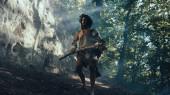 Ur-Höhlenmensch mit tierischer Haut hält steinernen Hammer in der Hand, kommt aus der Höhle und schaut sich um, um den Urwald zu erkunden, bereit für die Jagd auf tierische Beute. Neandertaler auf Jagd im Dschungel
