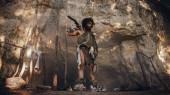 Ur-Höhlenmensch mit tierischer Haut hält steinernen Hammer in der Hand und sieht sich im Urwald um, bereit für die Jagd auf tierische Beute. Neandertaler auf Jagd in den Dschungel.