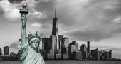 Centrum panorama New Yorku Manhattan v černé a bílé