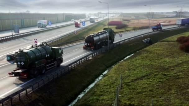Lastwagen und Autos am Autobahnkreuz. Täglicher Verkehr auf der Autobahn.