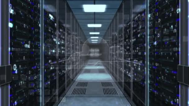 Datenspeicherung und digitales Computing-Konzept mit Cloud-Symbol auf Glastür im Serverraum. Flucht durch den Korridor mit großen Computerregalen. endlose und loopable 3D abstrakte Animation.