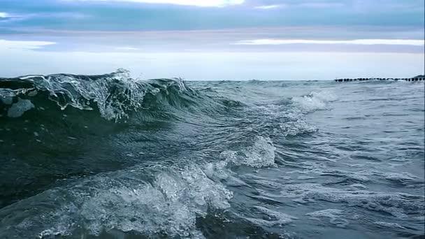 Pomalý pohyb vody. Mořská vlna s pěnou.