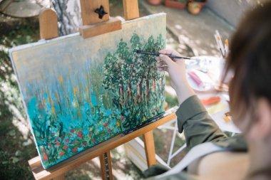 """Картина, постер, плакат, фотообои """"высокий угол обзора обрезанной женщины живописи во дворе"""", артикул 394351988"""