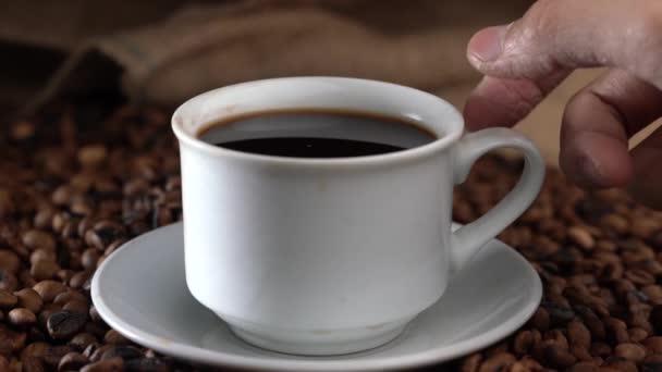 ruce zvednutí šálku kávy z talíře