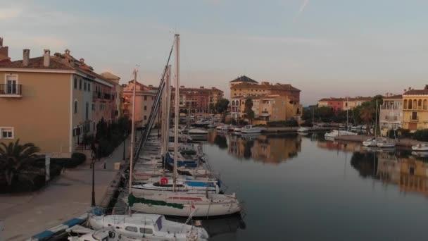 oddálení letecké střelby z přístavu, záliv s jachtami, město. s architekturou krásný přístav, tradiční malebné domy a lodě.