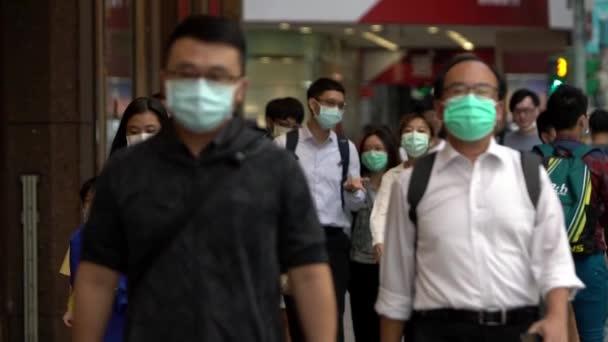 Taipei, Tajvan-04 Június, 2020: Lassú mozgás az ázsiai emberek visel arc maszkok átkelés az úton, A legtöbb gyalogos használ orvosi maszkok, hogy megvédje magát a koronavírus fertőzés nyilvános helyen-Dan