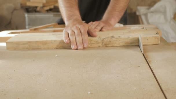 proces broušení dřevěné desky v dílně, ruce člověka pracují se dřevem, broušení materiálu na stroji, koncepce dovednosti ve stavbě, hobby