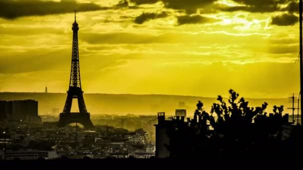 Časový výpadek pohledu na Eiffelovu věž a město Paříž v černém a bílém světle žluté oblohy a slunce prosvětlený mraky a vytvářející krásné paprsky světla