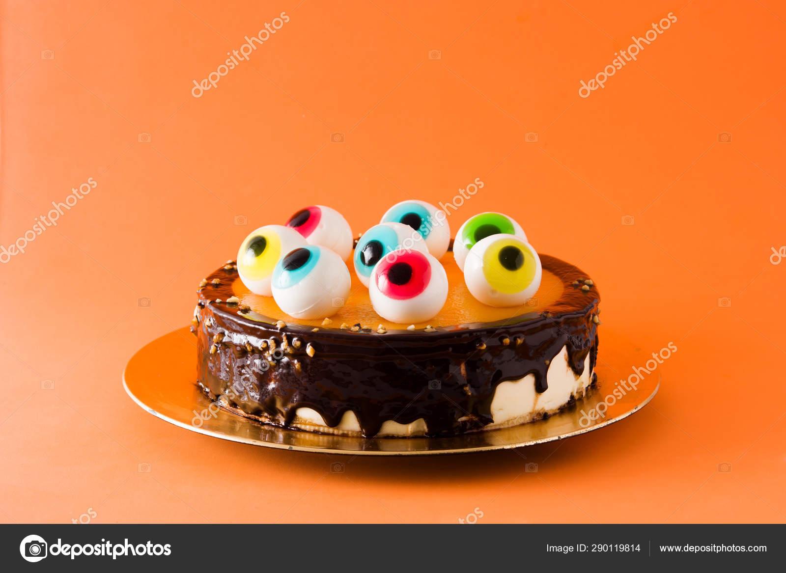 Halloween Kuchen Mit Bonbonaugen Dekoration Auf Orangefarbenem Hintergrund Stockfoto C Etorres69 290119814
