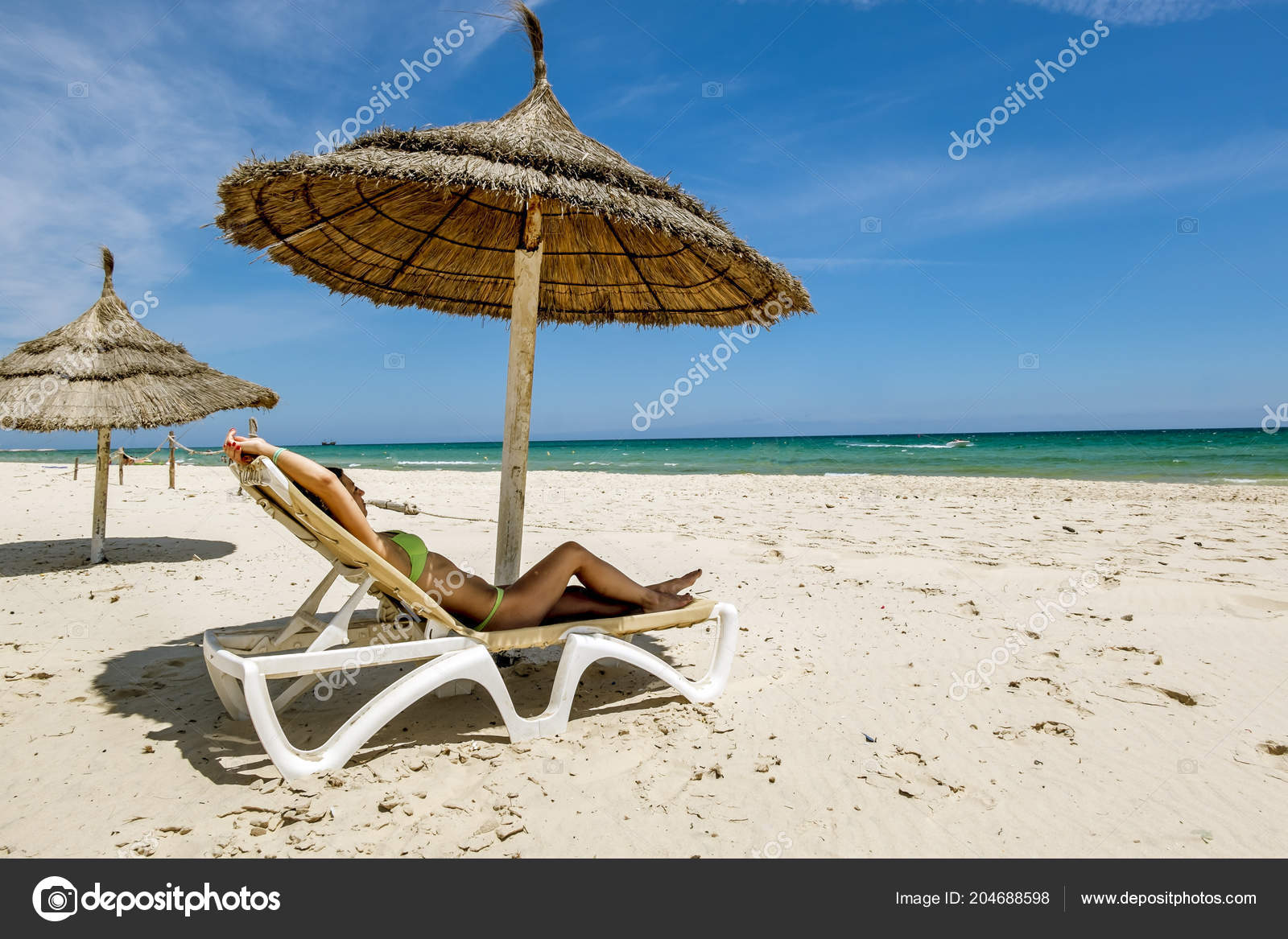 Sole Sotto L Ombrellone.Una Ragazza Bikini Prendere Sole Una Sdraio Sotto Ombrellone