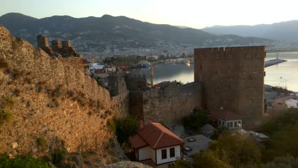 Alania.Turkey.3. September 2020.Blick auf die Mauern der antiken Festung und den Turm von Kyzyl Kule in Alanya in der Türkei bei Sonnenaufgang