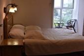 Ágy egy hotelszobában. Ágy és párna