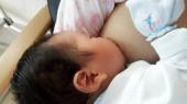 Säugling isst Milch von der Brust der Mutter, stillen Foto