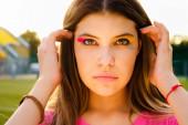 lány fényes kreatív make-up a naplementében a parkban