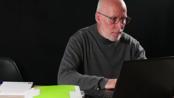 Senior Geschäftsmann mit Laptop
