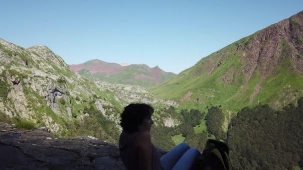 pohled na pohoří Pyreneje s modrou oblohou