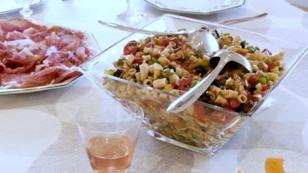 Těstovinový salát s rajčaty, olivami a šunkou