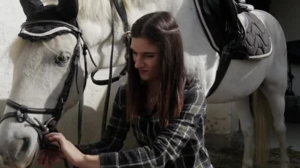 junge Reiterin mit dem weißen Pferd