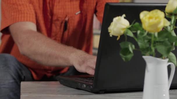 reifer Mann mit einem Laptop, close-up der Hände