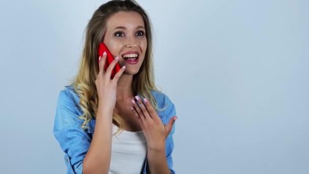 junge schöne sexy blonde Frau hört überraschende Nachrichten, während sie auf ihrem Smartphone spricht und lacht auf isoliertem weißem Hintergrund
