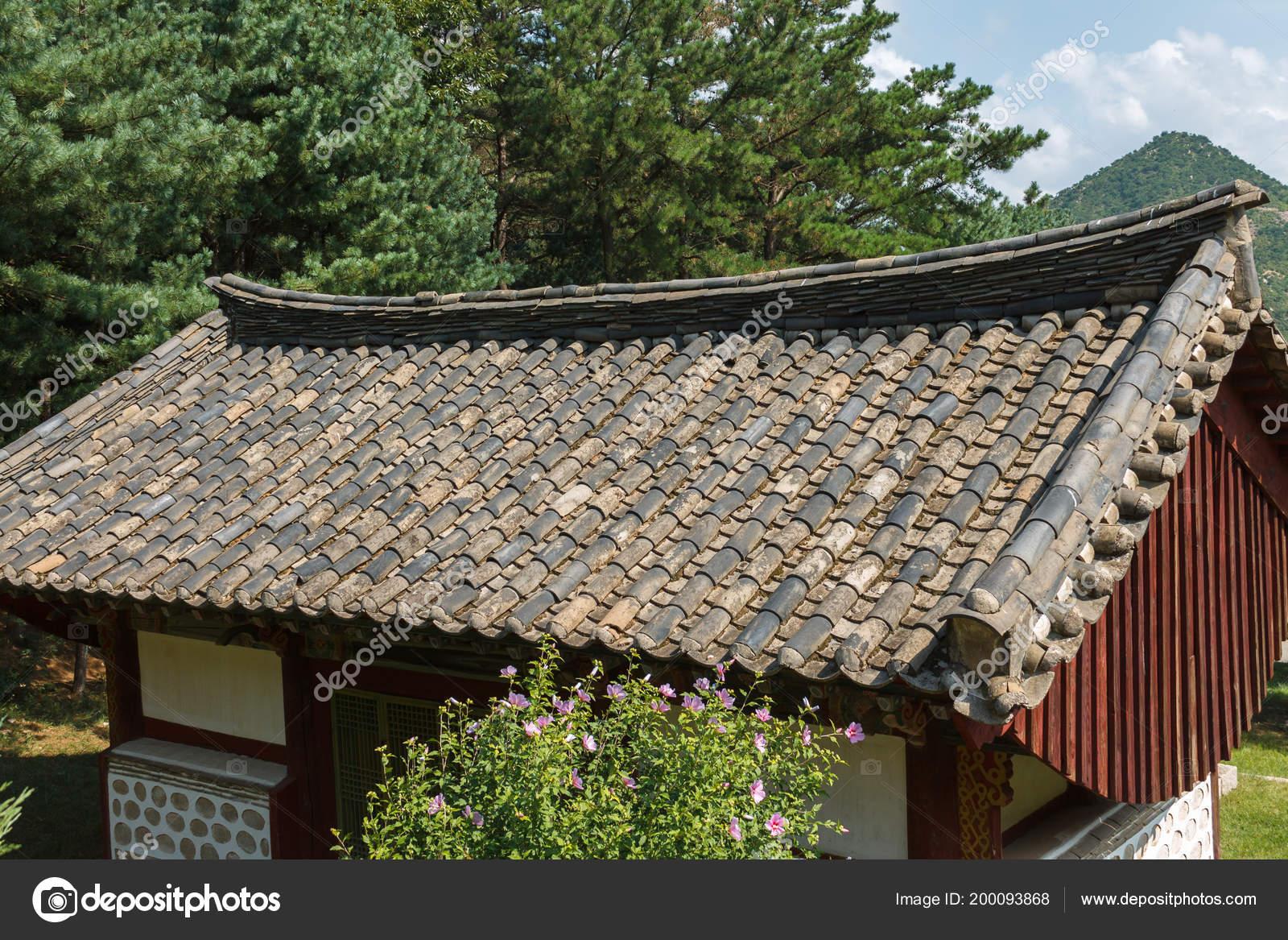 Edificio in legno con un tetto fatto di piastrelle u foto stock