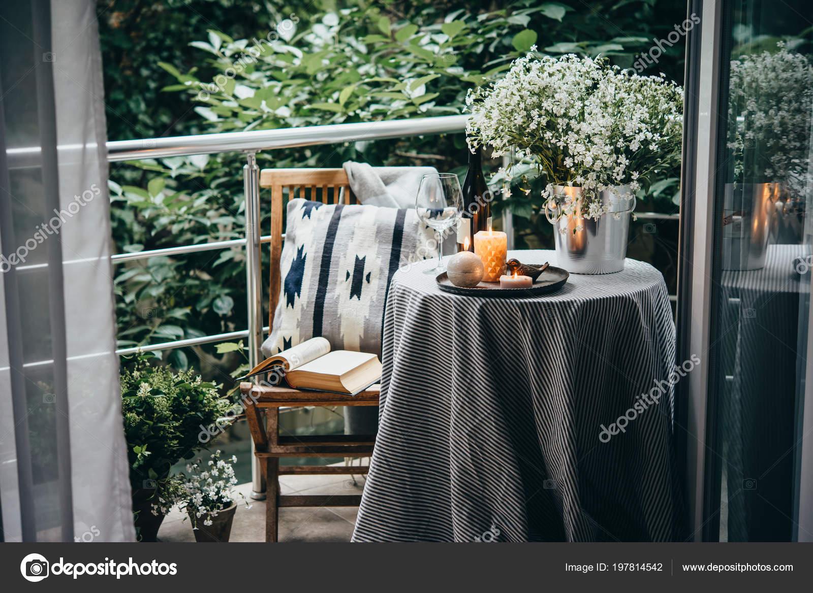 Terraza Balcón Con Mesa Velas Flores Foto De Stock