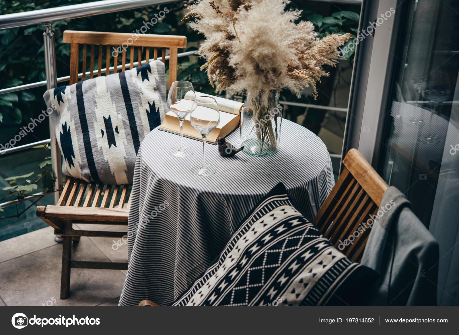 Belle Terrasse Balcon Avec Petite Table Chaise Livre Photo