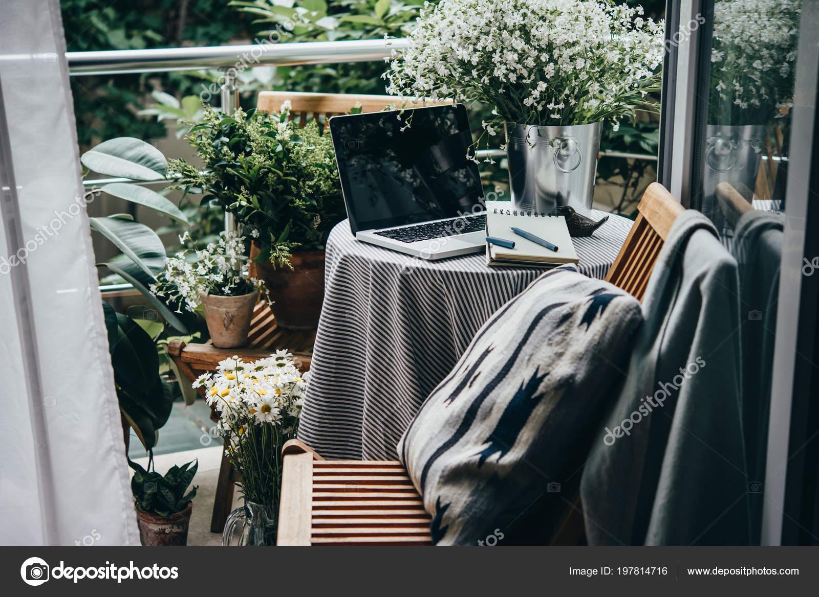 Schone Terrasse Oder Balkon Mit Kleinem Tisch Laptop Und Blumen