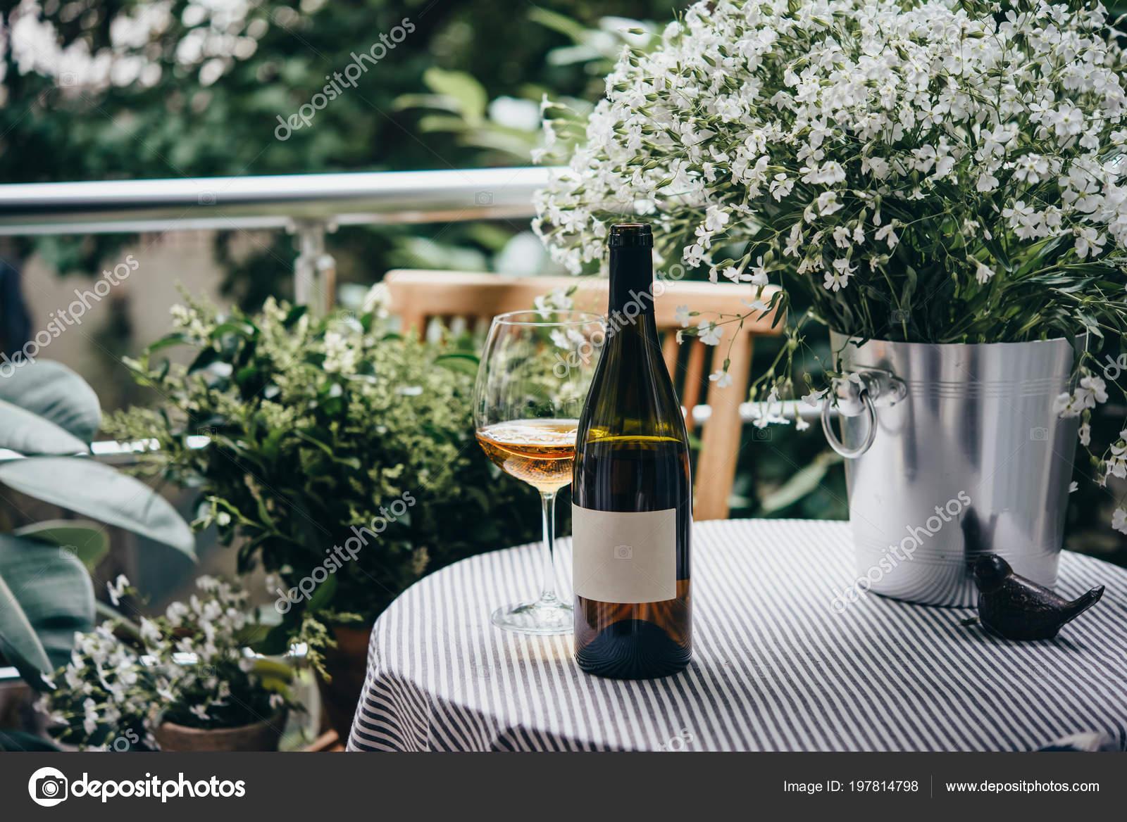 Weinflasche Glas Und Blumen Auf Einer Schonen Terrasse Oder Balkon