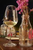 Nahaufnahme von Weißwein im hohen Weinglas