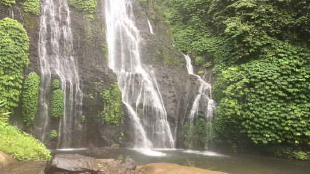 Vodopád banyumala na severu ostrova Bali, Indonésie. Džunglí vodopád v tropickém deštním lese s