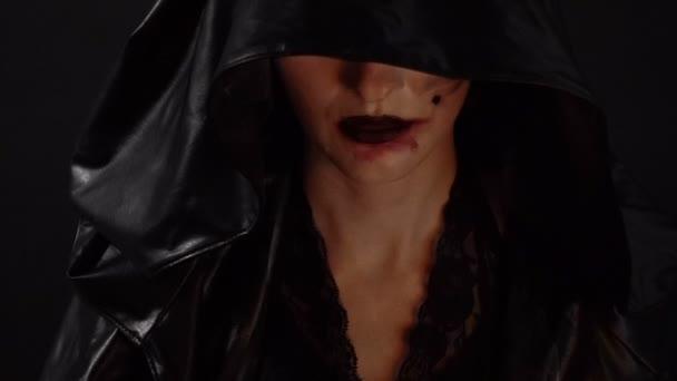 Dívka s krví ruce dotýkají úst
