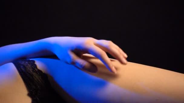 Záběry z ležící ženu na sexuální prádlo