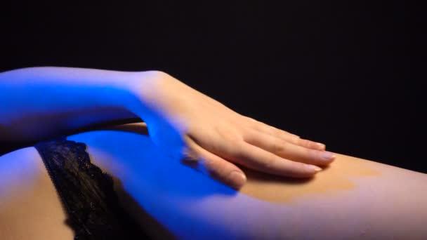 Video z ležící ženu na sexuální prádlo