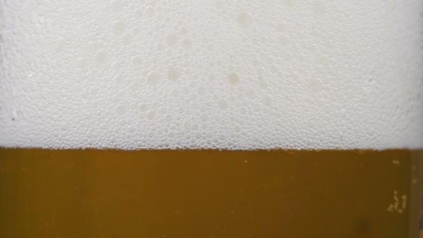 Záběry ze zlata studené pivo ve skle s pěnou