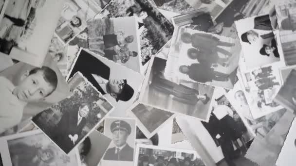 video o starých rotujících portrétech na retro pozadí