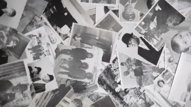 Video o rotujících portrétech na retro pozadí