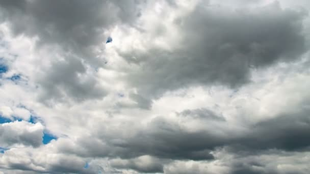 Bílé a šedé mraky na modré obloze