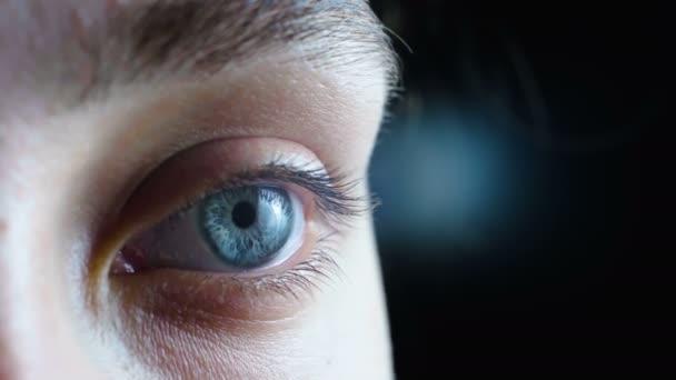 Video z šedé ženské oko