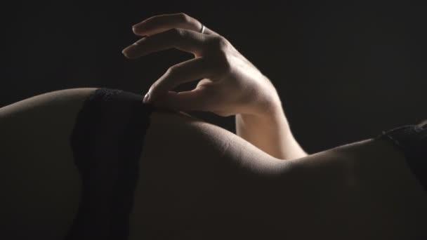 Videó fekvő szexuális nő fekete fehérnemű