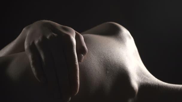 Video a fekvő, lélegző lány fekete fehérnemű