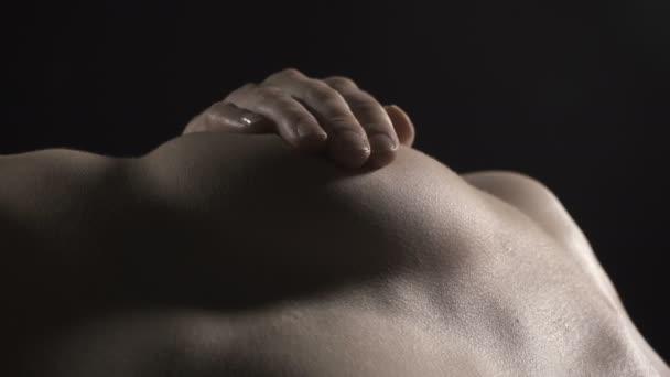 Video o lži, které se dotýká nahé ženy