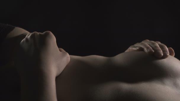 Videó a fekvő megható magát meztelen lány
