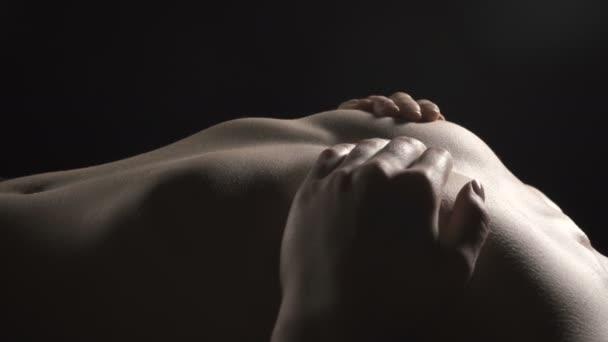 Video von liegendem schlanken Mädchen, das Brust bedeckt
