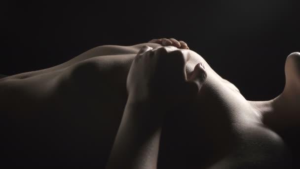 Video z erotické štíhlé ženy pokrývající krach