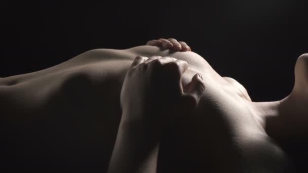 erotische junge schlanke Frau bedeckt Büste
